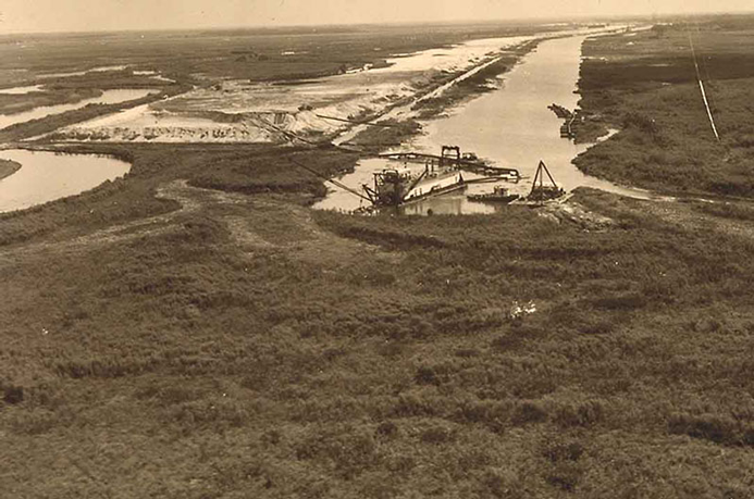 <strong>Channelization of the Kissimmee River</strong><br />PHOTO COURTESY OF FLORIDA ATLANTIC UNIVERSITY CORPS OF ENGINEERS