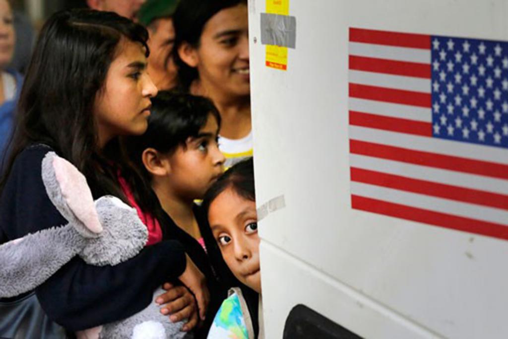Niños del Salvador y Guatemala se montan a un auto bus después de ser liberados de un centro de detención en Texas en 7 de julio del 2015