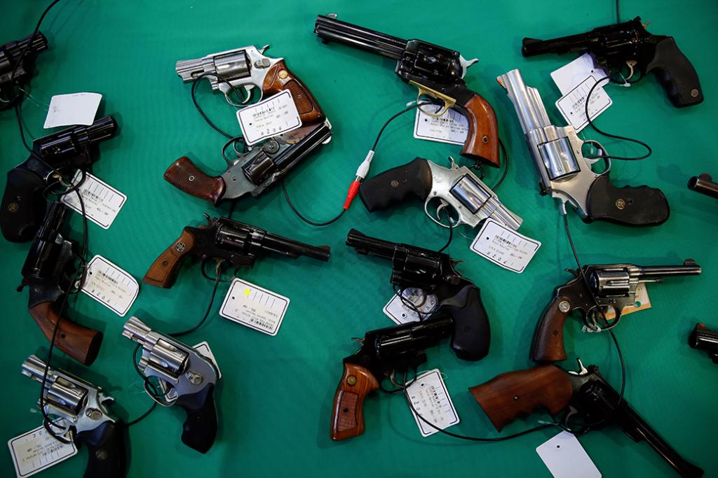 Armas se muestran sobre una mesa durante la 45a edición de la Feria de Armas en Lucerna, Suiza.