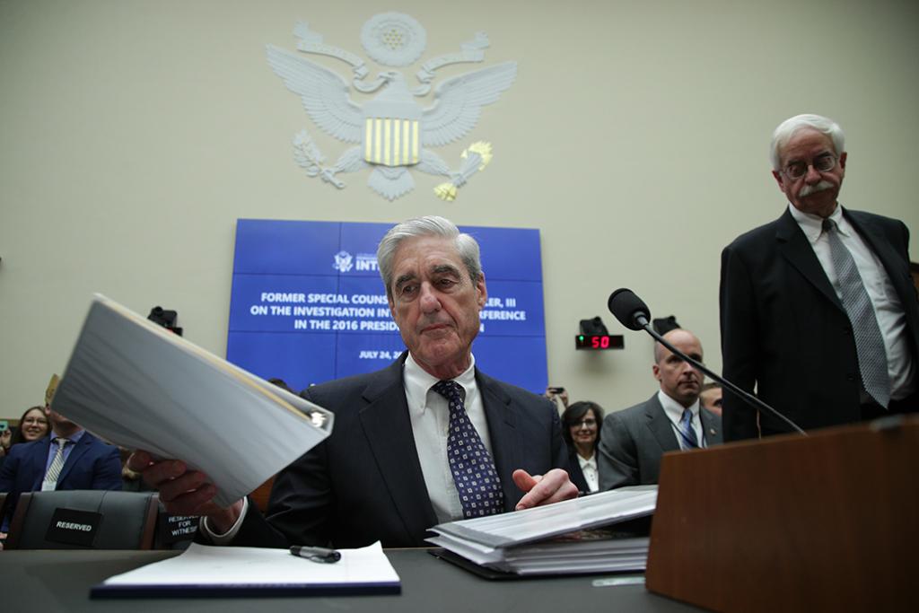 El ex-Fiscal Especial Robert Mueller espera a testificar ante el Comité de Inteligencia de la Cámara sobre su informe sobre la injerencia rusa en las elecciones presidenciales de 2016 en el edificio de la oficina de Rayburn.