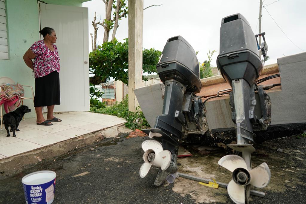 La gente mira hacia el mar mientras la tormenta tropical Karen se acerca en Yabucoa, Puerto Rico, septiembre de 2019.