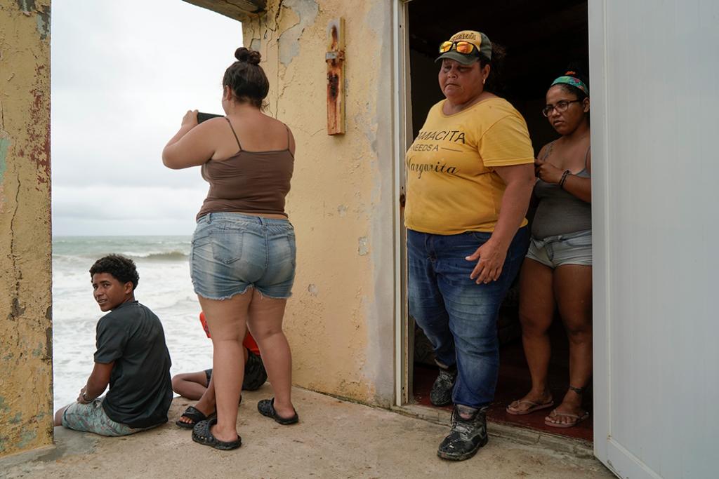 La gente mira hacia el mar mientras la tormenta tropical Karen se acerca a Yabucoa, Puerto Rico, septiembre de 2019.