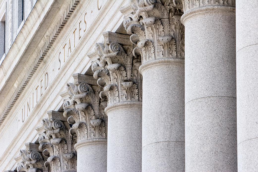 Un primer plano de las columnas de la Corte Suprema de Nueva York