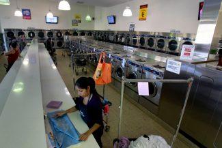 Menos vuelto: Cómo el trabajo por propinas exacerba la brecha salarial para las Latinas