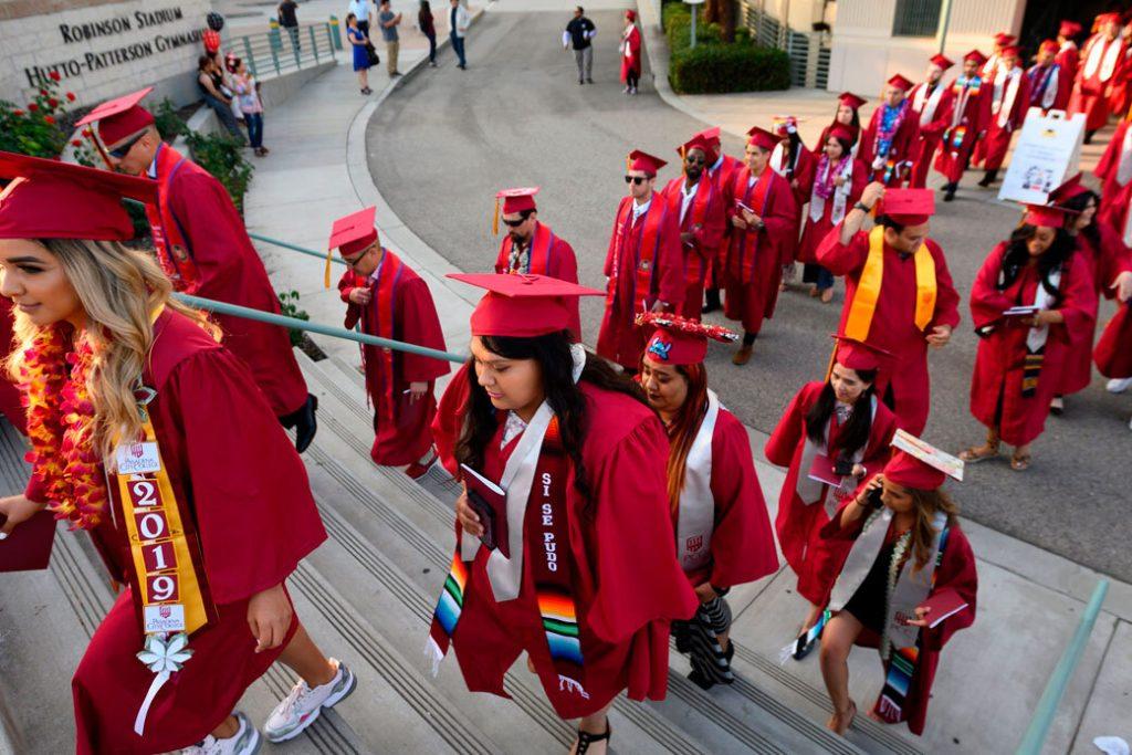 Estudiantes participan en una ceremonia de graduación en Pasadena, California, el 14 de junio de 2019.