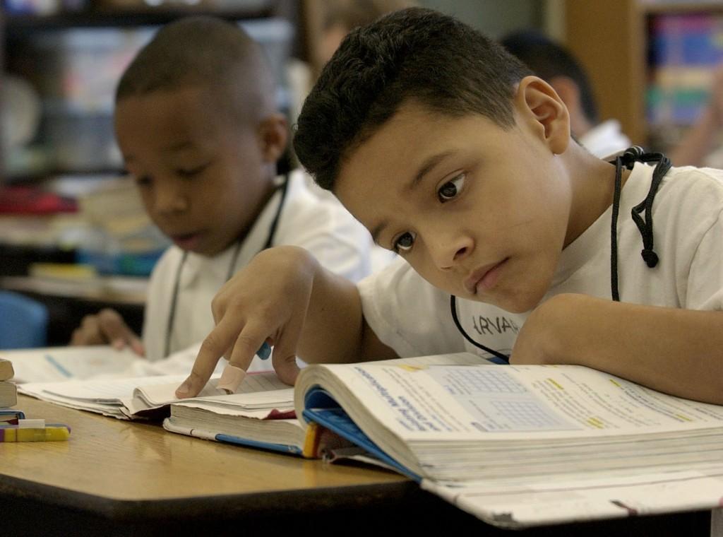 Alrededor de nuestro país estamos invirtiendo menos en nuestros estudiantes de color que nuestros estudiantes blancos, al menos cuando se refiere a dólares locales y estatales.