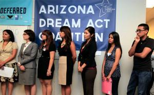 Los jóvenes inmigrantes, junto con los miembros de las organizaciones locales de inmigrantes, se alinean para recibir guías sobre un nuevo programa federal llamado acción diferida que les ayudaría a evitar la deportación, miércoles, 15 de agosto, 2012, en Phoenix.