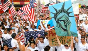Cientos de manifestantes se reúnen  para una manifestación en el 'Fremont Street Experience' en contra de los cambios propuestos en la ley de inmigración de EE.UU. en el centro de Las Vegas.