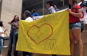 Los estudiantes participan en una manifestación para alentar a los jóvenes inmigrantes ilegales para que aprendan de un nuevo programa federal destinado a permitirles que se puedan quedar en el país, en la Universidad de Nuevo México en Albuquerque.