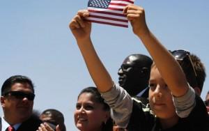 Miembros de la audiencia escuchan al presidente Barack Obama hablar sobre la reforma migratoria en el parque nacional Chamizal en El Paso, Texas.