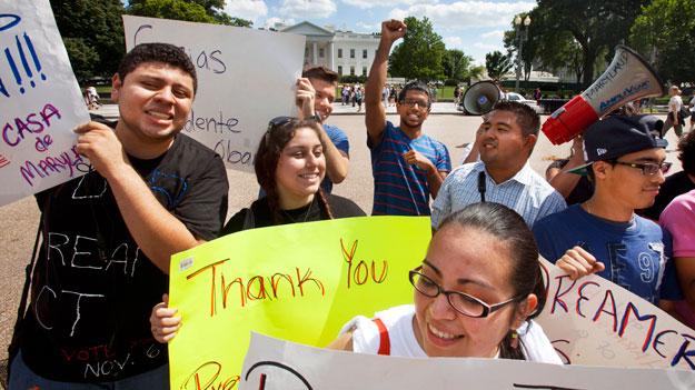 Los miembros del grupo manifestación Casa de Maryland enfrente de la Casa Blanca en apoyo del anuncio del presidente Obama de que el gobierno de EE.UU. deje de deportar y empieze a conceder permisos de trabajo a los jóvenes inmigrantes indocumentados que llegaron a Estados Unidos cuando eran niños.