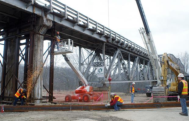 Momentos después de que el Presidente Obama firmó la ley de Recuperacion el martes, 17 de febrero, 2009, el Departamento de Transporte en Missouri reemplazo el puente cerca de Tuscumbia, Missouri. La inversión en infraestructura es una de las muchas maneras en la cual la Ley de Recuperacion ha detenido la ola de desempleo.