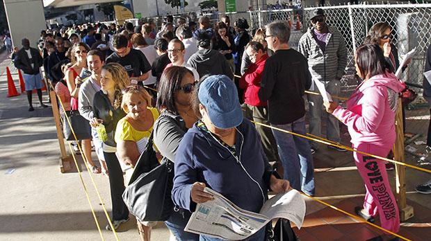 Los sureños de Florida están en línea durante el último día de la votación temprana en Miami, Sábado, 03 de noviembre 2012. Los condados claves en el sur de Florida como Miami-Dade, Broward y Palm Beach apoyaron  al presidente Obama por un 62 por ciento, 67 por ciento, y 58 por ciento, respectivamente.