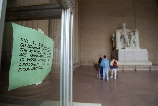 Closure sign at the Lincoln Memorial due to government shutdown