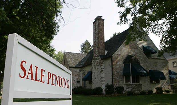 "A ""sale pending"" sign is shown in front of an existing home, Wednesday, July 25, 2007, in Columbus, Ohio."