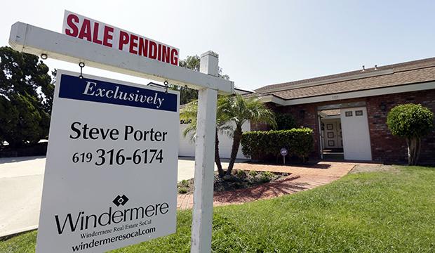 """Una vivienda a la venta detras de un cartel que dice """"venta pendiente"""", Miercoles 14 de agosto del 2013, en San Diego."""