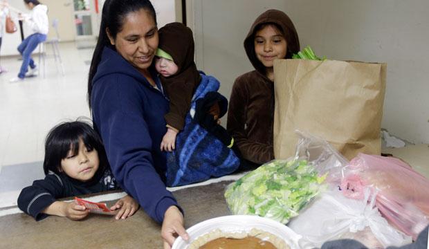 Una familia recibiendo comida en Sacred Heart Community Service en San Jose, California.