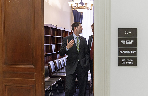 Rep. Paul Ryan (R-WI) saliendo de una reunion en Capitol Hill en Washington, Miercoles 2 de abril del 2014.
