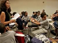 Una maestra enseñando Español en una clase en el Sur de Los Angeles