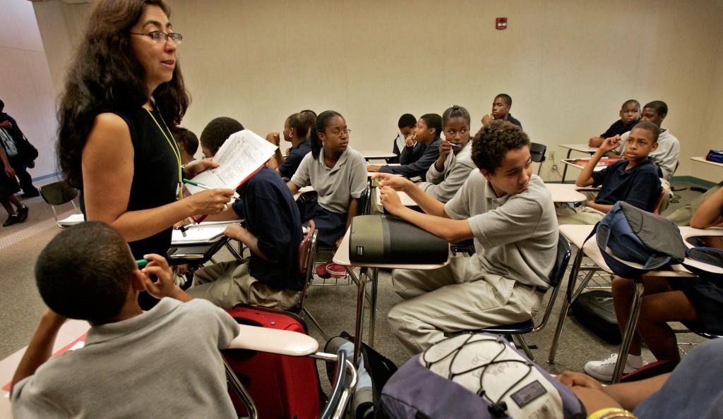 Claudia Prada, izquierda, enseña Español en el 8avo grado en View Park Prep Charter School en el Sur de Los Angeles.