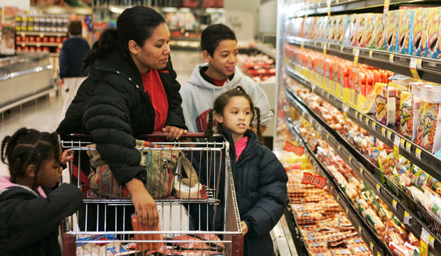 Tasha Manning shops for groceries in Edmond, Oklahoma, with her children in January 2009.