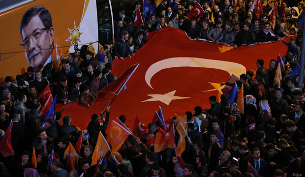 Supporters of Turkish President Recep Tayyip Erdoğan and the AKP celebrate the election outcome in Istanbul on November 1, 2015.